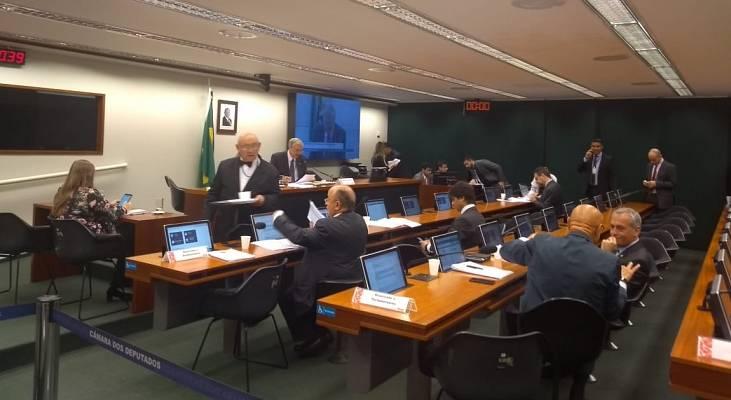 PL sobre indenização dos filhos separados recebe apoio de parlamentares, mas deputada pede vistas e atrasa mais uma vez a votação